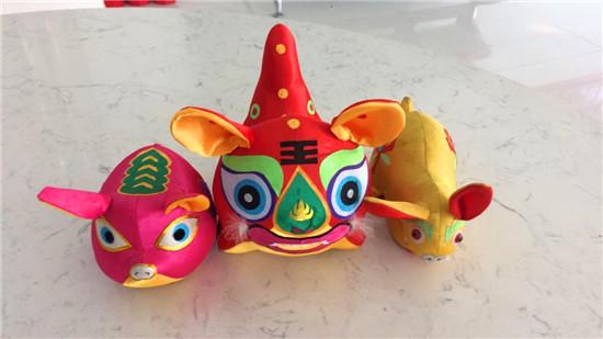 锦城社区手工达人张伟制作的布老虎等玩偶 图片来源:潍坊文明网