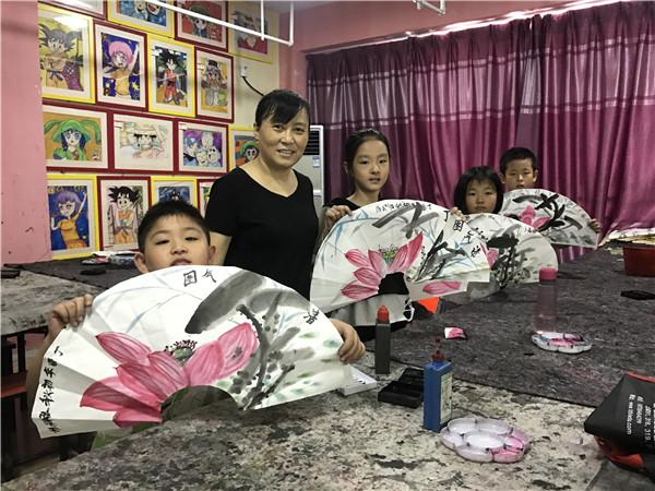 孩子们展示在赵青老师指导下完成的绘画作品。_副本.jpg