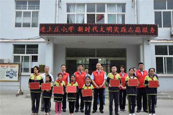 青州农商行志愿者为困难学生发放助学金