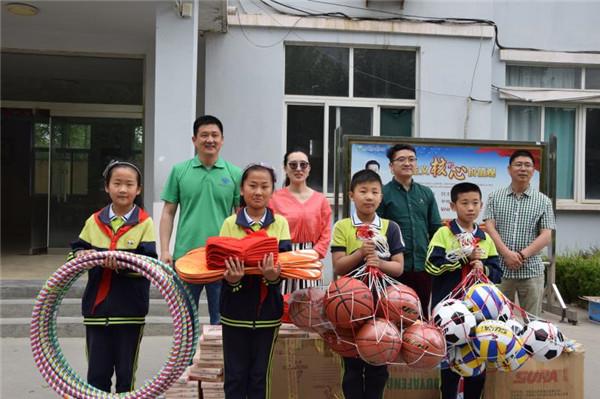 潍坊爱心义工为学校捐赠文体器材